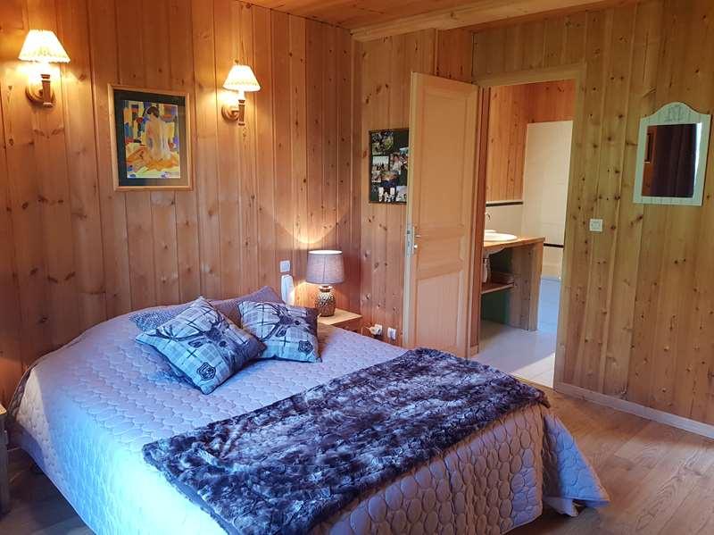 Chambre 2 à l'étage avec salle de bains privative